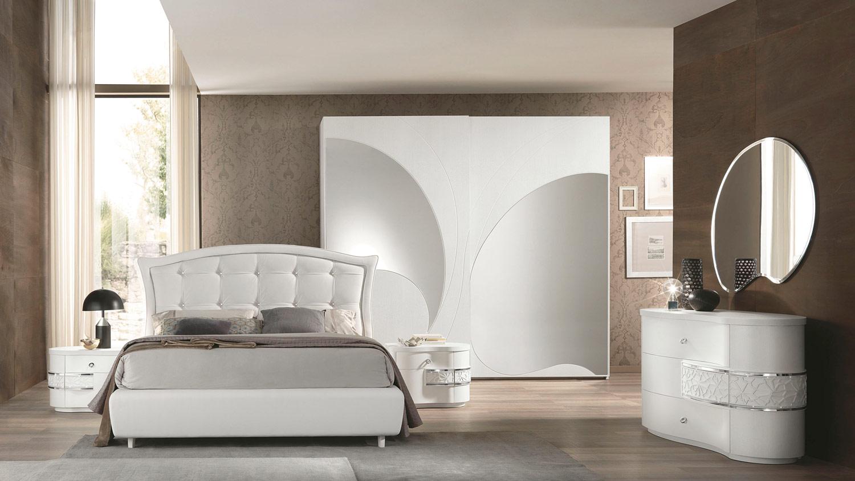 76 della collezione Nuvola di Euro Design è una camera che si distingue per  le linee piacevolmente sinuose del trittico in bianco frassino, con il  motivo a