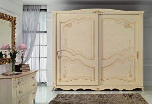 Collezione Classica_Goya_dettaglio armadio modello Goya patinato standard; comò Alfieri patinato standard con pomolo in ceramica beige; specchiera modello Sara foglia oro
