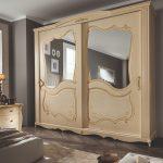 Collezione Armadi_modello Sirio in tamburato di abete di altro spessore, ante scorrevoli, superficie patinata decorata a mano in foglia oro con specchi esterni